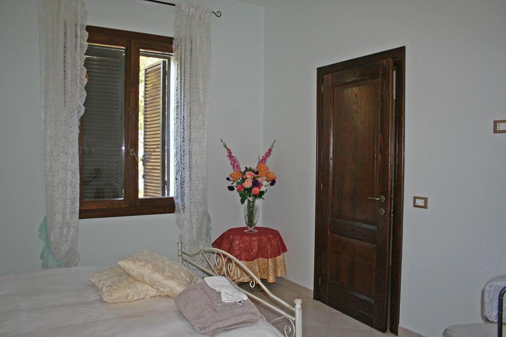 2 - Porta in castagno e Finestra in abete