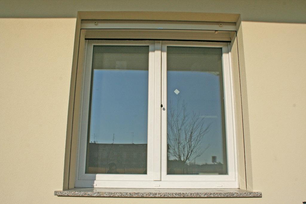 4 finestra in pvc con cassonetti a tapparella a - Finestra ribalta sganciata ...