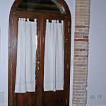 5 - Porta con sottobugna a doghe e scuroni in abete anticato (1)