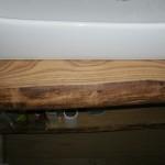 particolare mensola da bagno in castagno