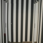 porta interno muro rivestita con carta da parati